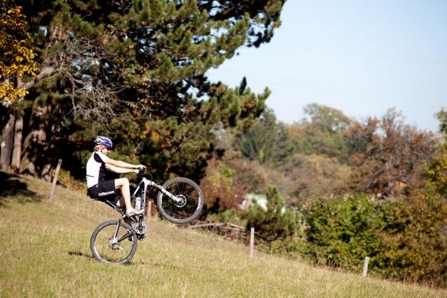 Fahren auf dem Hinterrad mit dem Mountainbike.