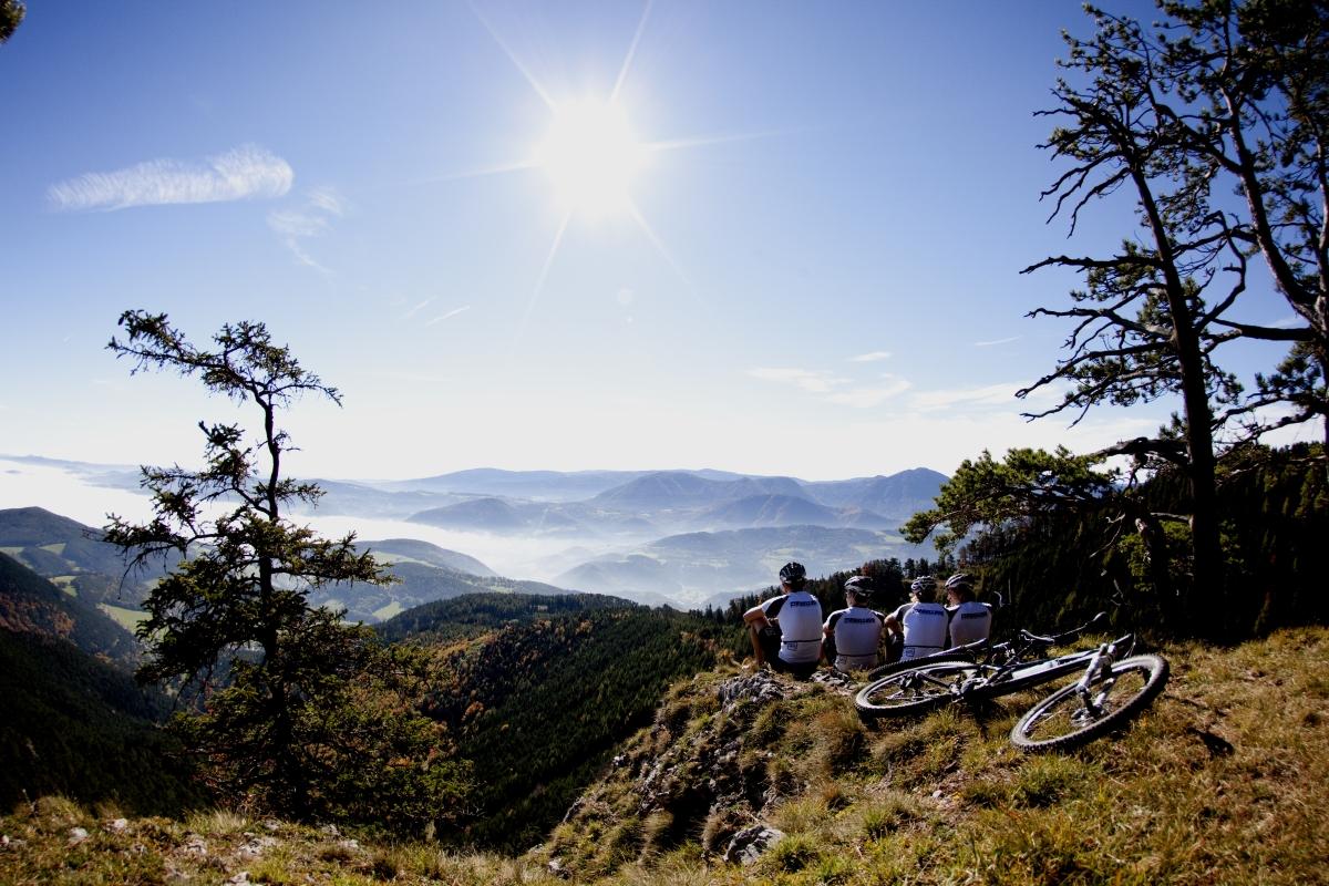 Mit dem Mountainbike auf die Rote Wand und die Aussicht genießen.